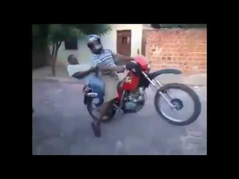 Aprendendo a andar de moto. Esse daí não conseguiu nem fazer a primeira curva....