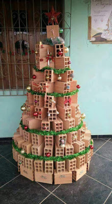 Árvore de natal na crise. Essa árvore foi feita por alguém muito criativo....