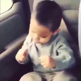 Bebê acorda dançando rap no carro. Bebê muito engraçado acorda ao som de rap no carro.