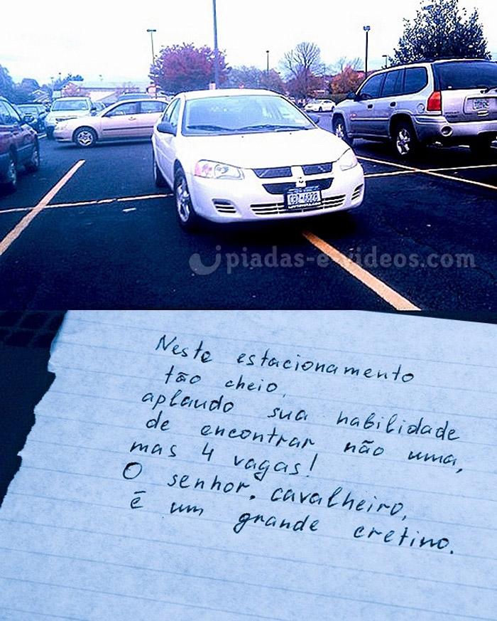 Habilidade no estacionamento. A pessoa tem muita habilidade, estacionou o carro tomando quatro vagas, gênio kkkkkk.