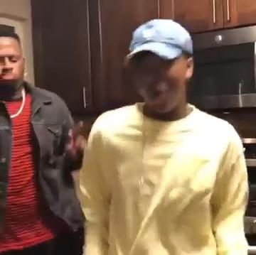 Dançando um maluco no pedaço. Homem dançando música da trilha sonora de um maluco no pedaço..