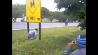 Bateu na placa e caiu da bicicleta