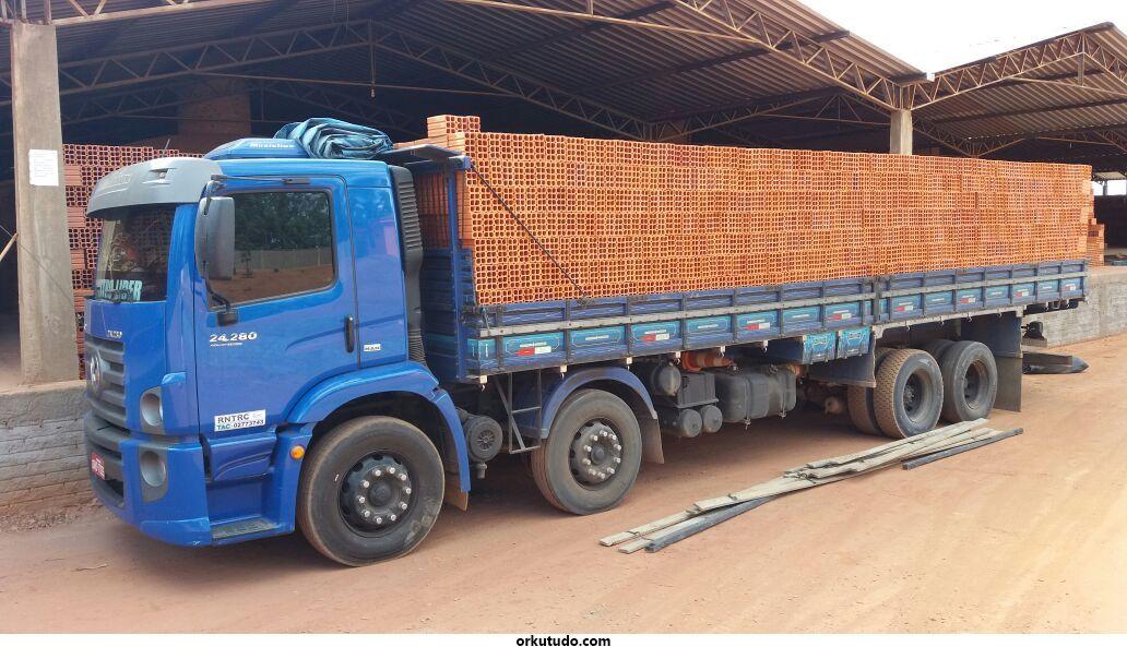 Caminhão carregado de tijolos